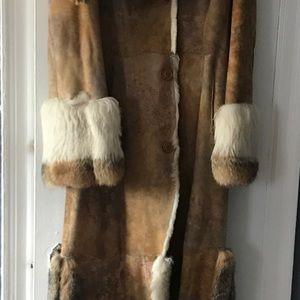 Shearling coat coyote cuffs,side vent trim,collar.